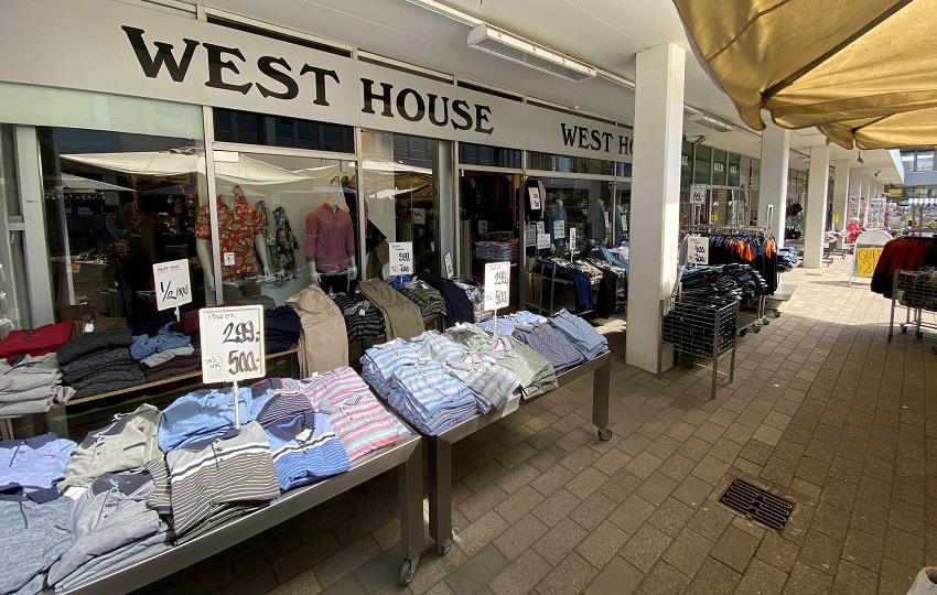 Gadevarer med tilbud på herretøj